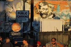 Graffitied-Wand mit Menge von Leuten Lizenzfreie Stockfotografie