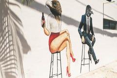 Graffitii bielu ściany ulicy rysunkowa ludzka ptasia sztuka Fotografia Stock