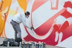 Graffitikünstler arbeitet an seiner Schaffung Stockfoto