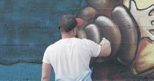 Graffitikünstler mit Aerosolsprühflasche stock footage