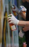 Graffitikünstler mit Spraydosen Stockbild