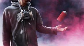 Graffitikünstlerhaltung auf Rauchhintergrund Stockfoto
