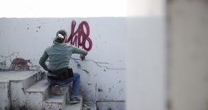 Graffitikünstlermalerei mit Aerosolspray 4k stock video