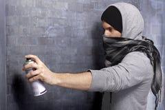 Graffitikerel in actie Stock Foto's