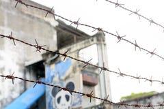 Graffitikunst bij de oude ongedwongenheidsbouw die wordt geschilderd Royalty-vrije Stock Foto's