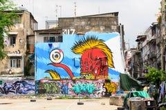Graffitikunst bij de oude ongedwongenheidsbouw die wordt geschilderd Stock Foto's
