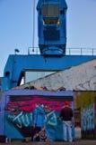 Graffitikunstenaar aan het werk aangaande een nieuwe verwezenlijking stock foto