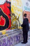 Graffitikunstenaar die graffiti creëren in Athene royalty-vrije stock fotografie