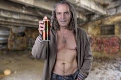 Graffitikunstenaar in een geruïneerd gebouw illegaal wordt verlaten dat Beauti royalty-vrije stock foto