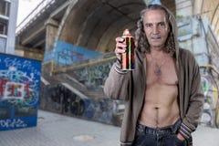 Graffitikunstenaar in een geruïneerd gebouw illegaal wordt verlaten dat Beauti royalty-vrije stock foto's