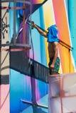Graffitikunstenaar terwijl het werken stock foto