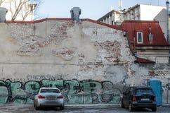 Graffitimuur en auto's Stock Foto's