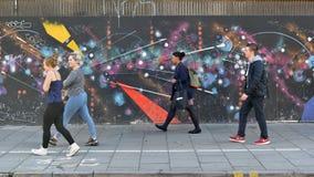 Graffitimuur op een Bezige Straat stock afbeeldingen