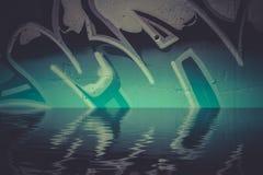 Graffitireflexion im Wasser, künstlerische Chrombuchstaben Lizenzfreie Stockfotografie