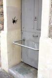Graffitis i Paris royaltyfri bild