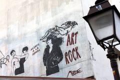 Graffitis på en stång i Paris Arkivbilder