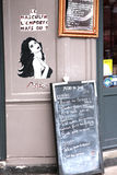 Graffitis på en stång i Paris Fotografering för Bildbyråer