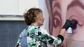 Graffitischilder die vrouwelijk portret maken stock video