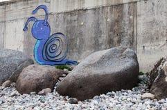 Graffitischnecke auf einer grauen Wand Stockfotos