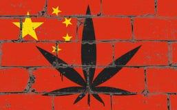 Graffitistraßenkunst-Sprayzeichnung auf Schablone Hanfblatt auf Backsteinmauer mit Flagge China lizenzfreie stockfotos