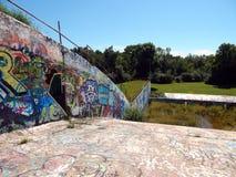Graffitti en la presa concreta vieja Imagenes de archivo