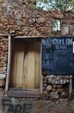 Graffity auf Wand mit einem Brett Lizenzfreie Stockfotos