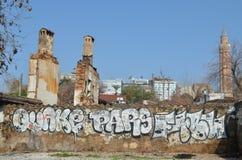 Graffity en la pared con la reflexión en la piscina Imagen de archivo libre de regalías