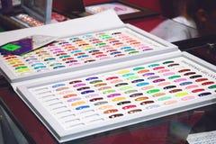 Grafici a colori dello smalto di Btight Campioni dello smalto nel colore differente di modo Lacca variopinta del chiodo nelle pun immagine stock