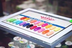 Grafici a colori dello smalto di Btight Campioni dello smalto nel colore differente di modo Lacca variopinta del chiodo nelle pun immagini stock