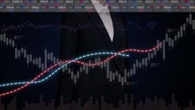 Grafici commoventi della donna di affari e vari grafici animati e grafici del mercato azionario aumenti il mercato video d archivio