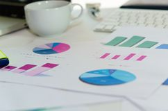 Grafici di carta finanziari Fotografie Stock