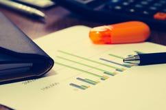 Grafici di carta finanziari Immagine Stock