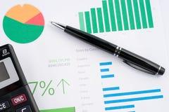 Grafici di carta finanziari Fotografia Stock Libera da Diritti