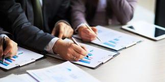 Grafici di contabilità da tavolino dei analys finanziari Fotografia Stock Libera da Diritti