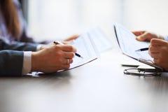 Grafici di contabilità da tavolino dell'analista finanziario o del settore bancario fotografie stock libere da diritti