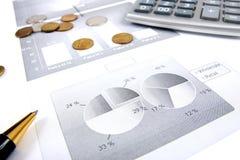 Grafici di finanze di affari di un capitalista lavorante Immagini Stock Libere da Diritti