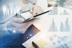 Grafici di lavoro del mercato di dipartimento di analisi dei dati della foto Processo del lavoro di Manager del banchiere Utilizz fotografie stock libere da diritti