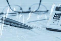 Grafici di riserva di dati con la penna ed i vetri del calcolatore del foglio elettronico Foto astratta di concetto di contabilit immagini stock