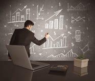 Grafici di vendite del disegno dell'uomo d'affari sulla parete Immagini Stock