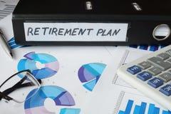 Grafici e cartella di archivio con il piano pensionistico dell'etichetta Fotografia Stock
