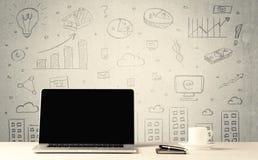 Grafici e computer portatile urbani di vendite sullo scrittorio Immagini Stock Libere da Diritti