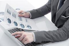 Grafici e grafici analizzati dall'uomo d'affari Immagine Stock