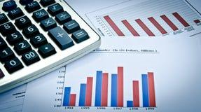 Grafici e grafici di affari con il calcolatore Fotografie Stock Libere da Diritti