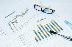 Grafici e grafico di affari con l'occhio e la penna di vetro Immagine Stock Libera da Diritti