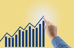 Grafici finanziari che mostrano reddito crescente con la mano del dito Immagini Stock