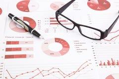 Grafici, grafici, analisi dei dati e rapporto di ricapitolazione Fotografie Stock Libere da Diritti