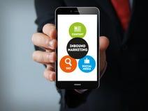 Grafico in arrivo di vendita sullo smartphone dell'uomo d'affari dello schermo Fotografia Stock