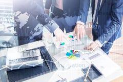 Grafico astratto, grafico e diagramma di doppia esposizione del fondo di affari Mappa mondiale e Affare globale e commercio finan royalty illustrazione gratis
