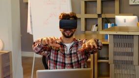 Grafico che per mezzo della cuffia avricolare di realtà virtuale stock footage