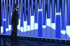 Grafico commerciale dei forex e dell'uomo d'affari Fotografia Stock Libera da Diritti